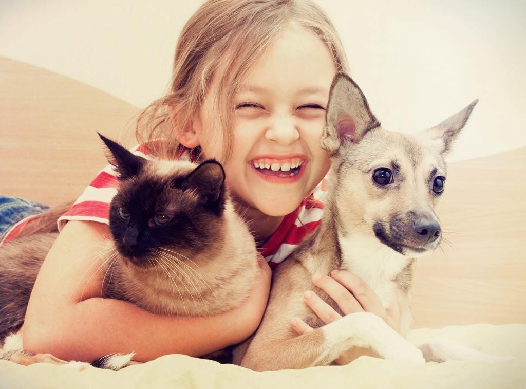 犬を抱く笑顔の子ども